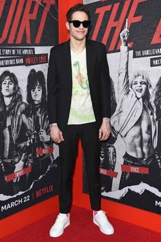 Pete Davidson in a Valentino suit, The Elder Statesman T-shirt and Rag & Bone sneakers Brown Suits, Black Suits, Valentino Suit, Hot Dads, Peter Griffin, Green Leather Jackets, John Mulaney, Best Dressed Man, Style Snaps