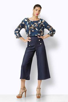 Οι κοντές παντελόνες είναι φέτος από τα πιο δυνατά trend της μόδας. Το εξαιρετικό πατρόν αυτής της τζιν ψηλόμεσης παντελόνας είναι αυτό που την κάνει ευκολοφόρετη και ελκυστική για όλα τα σώματα. Ψηλώνει την σιλουέτα και κρύβει κιλά και ατέλειες. Φτιαγμένη από μαλακό καλής ποιότητας τζιν, είναι ένα κομμάτι που θα λατρέψετε. Το τζιν είναι επίσης μεγάλη τάση φέτος. Έχει φερμουάρ κι είναι διακοσμημένη με 6 μοναδικά κουμπιά σαν κοσμήματα. Tips: Φορέστε τη με κοσμήματα που ταιριάζουν με τα…