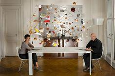 Obra de arte usa objetos suspensos no ar inseridos em cenas do cotidiano