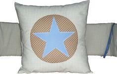 Das wunderschöne Kissen wurde aus beigem Vichy-Karostoff genäht. Die Applikation besteht aus einem braunen Kreis mit kleinen weißen Dots und einem großen hellblauen Stern in der Mitte.