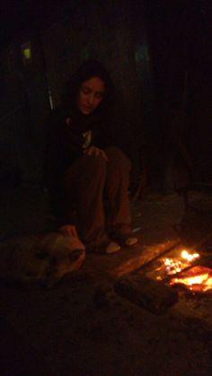Al lado del fuego con el perrito