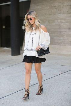 Look clássico com blusa bordada e saia plissada. Produção perfeita para arrasar na festa no final de semana!!