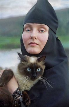 Icons in Hobbiton: Charming faces of Russian Orthodoxy Nuns Habits, Russian Orthodox, Orthodox Christianity, World Religions, Mundo Animal, Cat People, Orthodox Icons, People Of The World, Sisters
