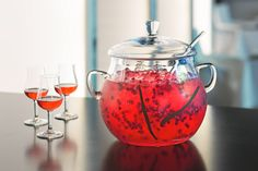 """Exotic Lipstic, cocktail sans alcool, extrait du livre """"Cocktails XXL"""" - édition Larousse crédit photo Fabrice Besse http://www.gourmets-de-france.fr/recettes/exotic-lipstic-cocktail-sans-alcool"""
