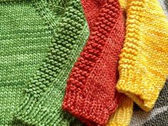 baby-pullover-stricken-gelb-grün-und-rot