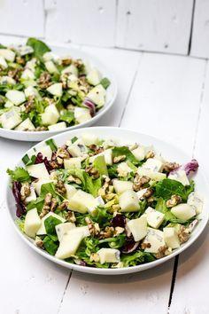 Słodka gruszka, wyrazisty ser i chrupiące orzechy na mieszance sałat. Wszystko polane sosem miodowo - cytrynowym. Przepyszna sałatka z ciekawą kompozycją s Great Dinner Recipes, Healthy Dinner Recipes, Appetizer Recipes, Vegetarian Recipes, Healthy Recepies, Raw Food Recipes, Salad Recipes, Cooking Recipes, Anti Pasta Salads