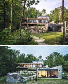 Le bois et la pierre recouvrent l'extérieur de cette maison moderne à plusieurs niveaux dans la forêt, #cette #exterieur #maison #moderne #pierre #plusieurs #recouvrent