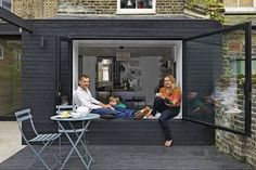 Victorian home in Hackney gets a thoroughly modern makeover - - Faced with narrow, dark Victorian rooms, architect Cordula Weisser used glass, timber and dramatic black and white to extend and create a relaxed and contemporary home. Side Extension, Glass Extension, Extension Google, Extension Ideas, Garage Extension, Victorian Rooms, Victorian Terrace, Victorian House, Ventana Windows