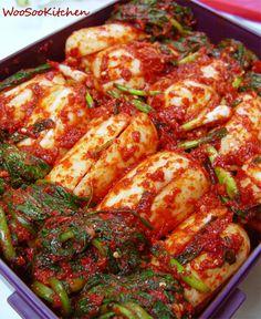 tip총각무(알타리무)는 무껍질이 두껍지 않고 단단하며 묵직하며 무청이 너무 억세지 않아야 맛있답니다. 무청이 너무 많거나 두껍거나 큰것은 떼어내서 끓는 소금물에 데쳐서 물기를 짠 후 썰어 냉동보관하세요. 필요하실때 빼서 된장,멸치육수와 함께 부드럽고 자작하게 지져내거나 된장국이나 찌개에 넣으시면 맛있답니다. 고춧가루만 넣으시는것보다 홍고추를 갈아 함께 ... Korean Dishes, Korean Food, A Food, Food And Drink, Home Food, Healthy Eating, Cooking Recipes, Favorite Recipes, Stuffed Peppers