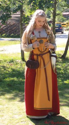Beautiful Red Gown in Viking style. What Does the Red Mean?  https://thevikingqueen.wordpress.com/2013/08/30/gudvangr-viking-market-2013-part-two/