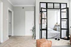 Ouvrir les espaces avec une verrière. Pour amener du caractère à la pièce optez pour des montants très épais