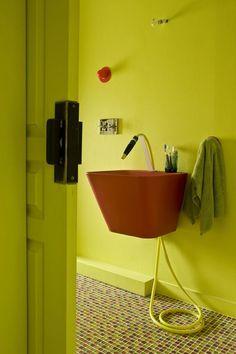 Un tuyau d'arrosage en guise de robinet