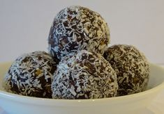 RAW Pecan Bliss Balls. Only 5 ingredients - pecans, medjool dates, vanilla extract, raw cacao powder and dessiccated coconut.