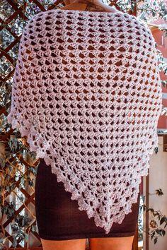 """Un classico degli scialli: il """"granny shawl"""". In questo caso la semplicità del punto è resa particolare dal filato, un cotone bianco con paillettes, e dal bordo lavorato con punti diversi. È realizzato a mano con la tecnica crochet . Misure 150×60. Ideale sia sui jeans che su un tubino nero, per dare un tocco di luce e raffinatezza. Blanket, Rugs, Crochet, Jeans, Glitter, Farmhouse Rugs, Types Of Rugs, Crochet Crop Top, Chrochet"""