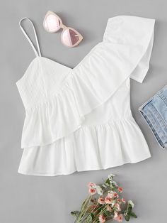 To find out about the Ruffle Trim Asymmetrical Shoulder Top at SHEIN, part of our latest Women Tops ready to shop online today! Look Fashion, Fashion News, Fashion Outfits, Fashion Black, Look Star, Latest Fashion For Women, Womens Fashion, Fashion Online, Vetement Fashion
