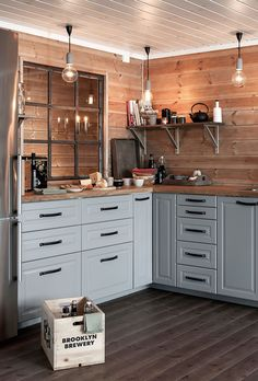 Modern And Trendy Kitchen Cabinets Ideas And Design Tips – Home Dcorz Modern Kitchen Cabinets, Rustic Kitchen, Kitchen Decor, Kitchen Backsplash, Cabin Kitchens, Cool Kitchens, Log House Kitchen, Wooden Cottage, Cuisines Design