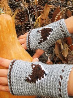 Fox Fingerless Mitts - free pattern, thanks so xox Crochet Mitts, Crochet Wrist Warmers, Crochet Fox, Crochet Gloves, Love Crochet, Crochet Sweaters, Hand Warmers, Diy Vetement, Fingerless Mitts