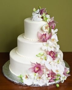 Floral wedding cakes are stunning. Very few things are more eye-catching than fresh flowers on wedding cake. Floral cake toppers can take a flower cake from the ordinary to the sublime. Wedding Cake Roses, Floral Wedding Cakes, Wedding Cakes With Flowers, Elegant Wedding Cakes, Floral Cake, Beautiful Wedding Cakes, Gorgeous Cakes, Pretty Cakes, Wedding Bouquet