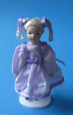 Puppe Mädchen im lila Kleid und Zöpfen für die Puppenstube Miniatur 1:12
