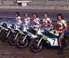 The Dream Team - Suzuki Racing Team Daytona 1974 Suzuki RG 500 - Barry Sheene - Gary Nixon - Cliff Carr - Paul Smart - Ken Araoka (Test Rider) Motorcycle Racers, Suzuki Motorcycle, Motorcycle Tips, Classic Motors, Classic Bikes, Valentino Rossi, Racing Team, Road Racing, Auto Racing
