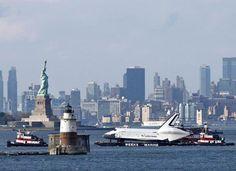 El trasbordador espacial Enterprise navegó por aguas del río Hudson a bordo de una barcaza, para ser trasladado a su destino final: el Museo Intrepid del Aire y el Espacio de Nueva York.