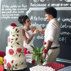 Vamos falar do bolo de casamento MAIS LINDO e que mais combinou com a gente????  a @arte_acucar que fez do jeitinho que pedi e para combinar com a decoração  Olhas essas rosas pintadas à mão trabalho espetacular. Ah o bolo é fake porque acho que desperdiça muuuuito bolo de festa aí optamos por esse  #natheabner