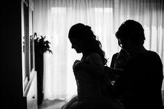 Bruid krijgt hulp van moeder met haar trouwjurk