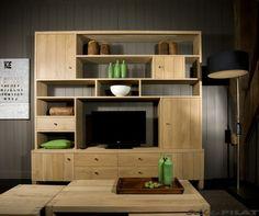 Grote eiken kast Oane dient als tv-kast en boekenkast in één. De kast wordt op maat gemaakt en de indeling kan daardoor aangepast worden - Woonwinkel Alle Pilat
