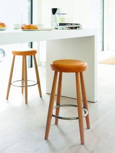 Bulthaup es una firma que se dedica al diseño integral de cocinas creativas y te ofrece Wegner, un taburete de madera natural y disponible también en blanco.