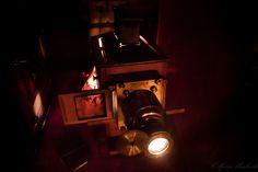 """Dalla magia della Lanterna si dischiude il monde delle favole; rotelline e manovelle muovono le immagini colorate, un fascio di luce diventa un paesaggio. Il lettore racconta ciò che gli occhi già vedono. Il pubblico diventa un """"icononauta"""" a caccia di colori. La Lanterna Magica giorno 25 gennaio al Museo del PRECINEMA!  Foto: Umberto Colferai 500px.com/umbertocolferai"""