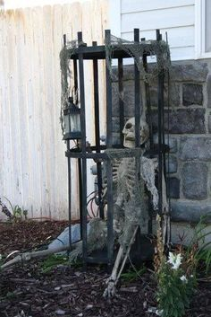 Top 14 Elegant Halloween Garden Decor With Skeleton – Easy Backyard Design Project - Way To Be Happy (15)