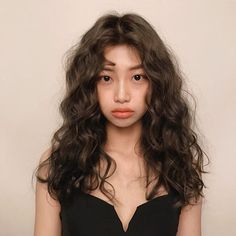 You might have heard the old expression about your hair being the crowning glory of your appearance. Either way, if you are looking for tips on how to style wavy hair, it is because yo… Permed Hairstyles, Pretty Hairstyles, Wavy Haircuts, Medium Hair Styles, Curly Hair Styles, Curly Asian Hair, Wavy Hair 2b, Grunge Hair, Hair Looks