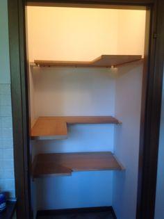 Montaggio mensole angolari in cucina per arredare un piccolo spazio ...