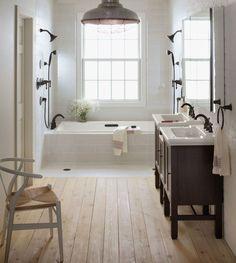 Dielen im Bad, Dusche neben Badewanne