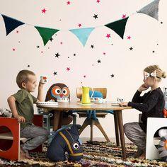 déco murale dans la chambre d'enfant en stickers muraux étoiles roses et noires