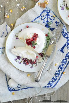 ABOUT VERENA : Mini Pavlovas mit Nusscreme und Preiselbeersauce / Mini Pavlovas with a nutty Cream and Lingonberries