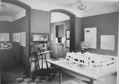 Vue de l'exposition Les Architectes du groupe De Stijl à la galerie de L'Effort moderne, Paris, 1923 (photographie dans De Stijl, 1924, vol. 6, n° 6-7).