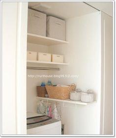 洗面所に置くことの多い洗濯機。限られた狭いスペースの収納に頭を悩ませる方も多いのでは。スペースを賢く活用し、スッキリ収納できるアイデアをまとめました。 Bathroom Medicine Cabinet, Bookcase, Laundry, Shelves, Interior, Table, House, Furniture, Home Decor