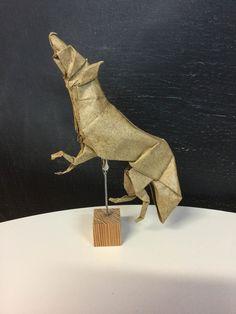 Lobo de Suki Kato, plegado por mi en papel elefante de 35x35 Suki, Origami, Lion Sculpture, Statue, Art, Paper Envelopes, Art Background, Paper Folding, Kunst