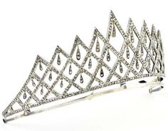 Tiara in silver and gold, late 19th-early 20th century, Portuguese work, forming geometric patterns with teardrop-shaped pendant, studded with about 630 rose-cut diamonds. Weight approx .: 54.4 gr.