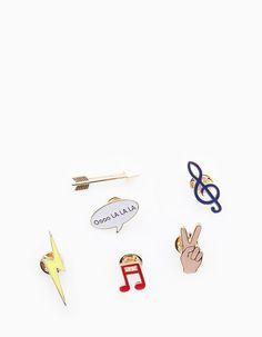Chez Stradivarius, tu trouveras 1 Lot 6 pins  pour femme pour seulement 7.95…