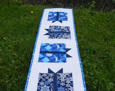 Quilted Christmas Table Runner Gift Boxes por HeartfeltStitchery