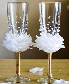 What a great idea for the wine glasses at a wedding or shower, white petals forming a rose. These would even make beautiful wedding favors. Diy Wine Glasses, Decorated Wine Glasses, Wedding Wine Glasses, Wine Glass Favors, Beaded Flowers, Diy Flowers, Flowers Wine, Button Flowers, Felt Flowers