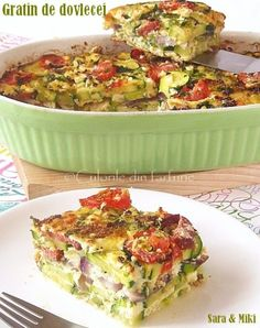 Gratinul este original din bucataria franceza si este o tehnica culinara in care un ingredient, in cazul de fata dovleceii / zucchinii, sunt acoperiti de o crusta rumena pe baza de pesmet, b… Healthy Diet Recipes, Vegetarian Recipes, Cooking Recipes, Healthy Food, Quiche, Good Food, Yummy Food, Romanian Food, Carne