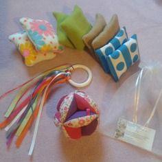 """Coffret """"liste de naissance""""- balle montessori +hochet rubans+kit decouverte du toucher - baby shower - cadeau"""