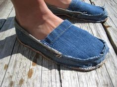 Natasha Perry - These denim shoes and made from old Levi jeans. From just recycling one pair of jeans you can make some new footwear. This is an extremely handy and environmentally friendly way to increase your fashion sense. Artisanats Denim, Denim Shoes, Jean Crafts, Denim Crafts, Diy Destroyed Jeans, Sewing Hacks, Sewing Crafts, Recycle Old Clothes, Diy Sac