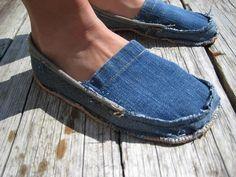 ¿Tienes unos pares de jeans que ya no te sirven y no sabes qué hacer con ellos?Aquí te dejamos 9 ideas para reciclar esos jeans que ya no usas.Presta atención a las fotos y pon a prueba tu creatividad.1. Alpargatas2. Macetas3. Libreta forrada4. BandoleraAprende cómo reciclar un viejo short de jean5. Juego TA-TE-TI
