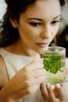 Rimedio naturale mal di testa: come curare il mal di testa in modo naturale grazie ad acqua, limone e menta.