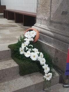 Creative Flower Arrangements, Church Flower Arrangements, Church Flowers, Floral Arrangements, Church Christmas Decorations, Altar Decorations, Wedding Decorations, Gerbera, Container Plants