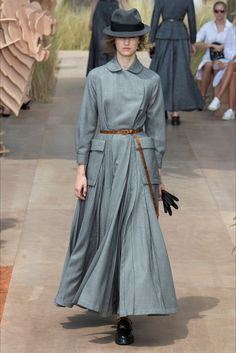 The complete Christian Dior Fall 2017 Couture fashion show now on Vogue Runway. Dior Haute Couture, Christian Dior Couture, Couture Mode, Style Couture, Couture Fashion, Fashion Week, Fashion 2017, Paris Fashion, Love Fashion
